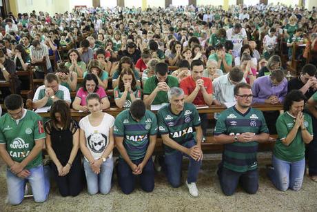 Football community mourns Chapecoense plane crash victims